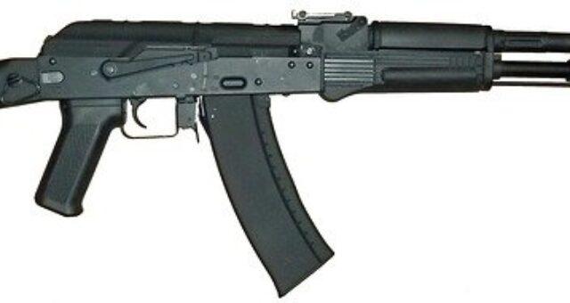 Lässt Bundeskanzlerin Merkel Jugendliche im Dienst von Bundesbehörden bewaffnet tätig werden?