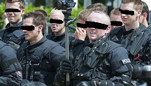 """Wie die etablierten Parteien, allen voran die CSU, die Hysterie um vermeintliche """"Reichsbürger"""" anheizen und die Polizei in martialisch-verfassungswidrige Razzien hetzen"""